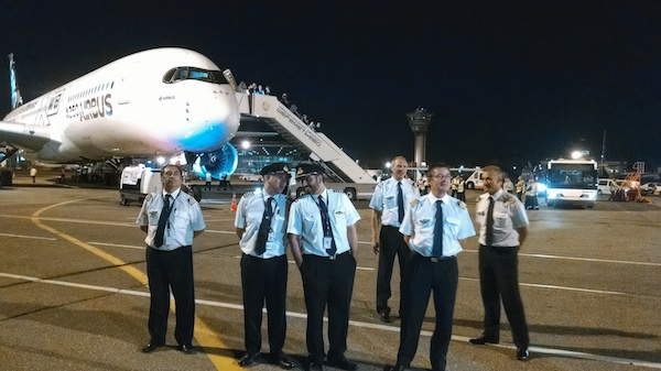 Экипаж тестового A350 в аэропорту Шереметьево