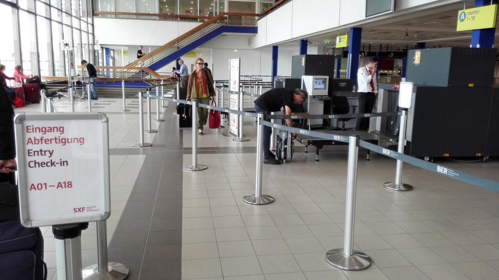 В Шенефельде часто работает всего одна линия досмотра. Сейчас окно между рейсами и народу нет.