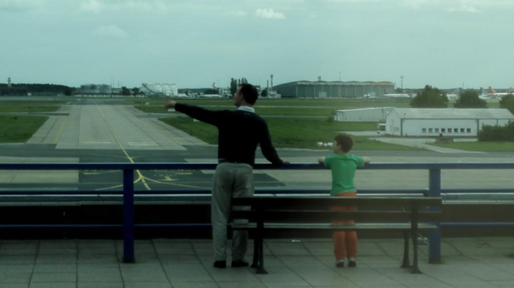 Покажите ребенку самолеты.