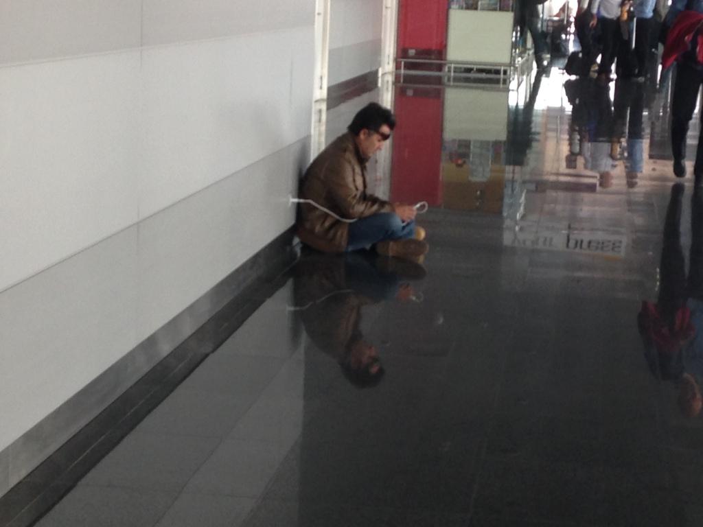 Зарядка телефона на втором этаже аэропорта в Киеве