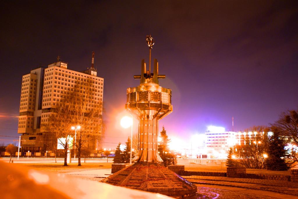 Памятники советской эпохи в Калининграде: недостроенный Дом Советов и обветшавшие мировые часы.