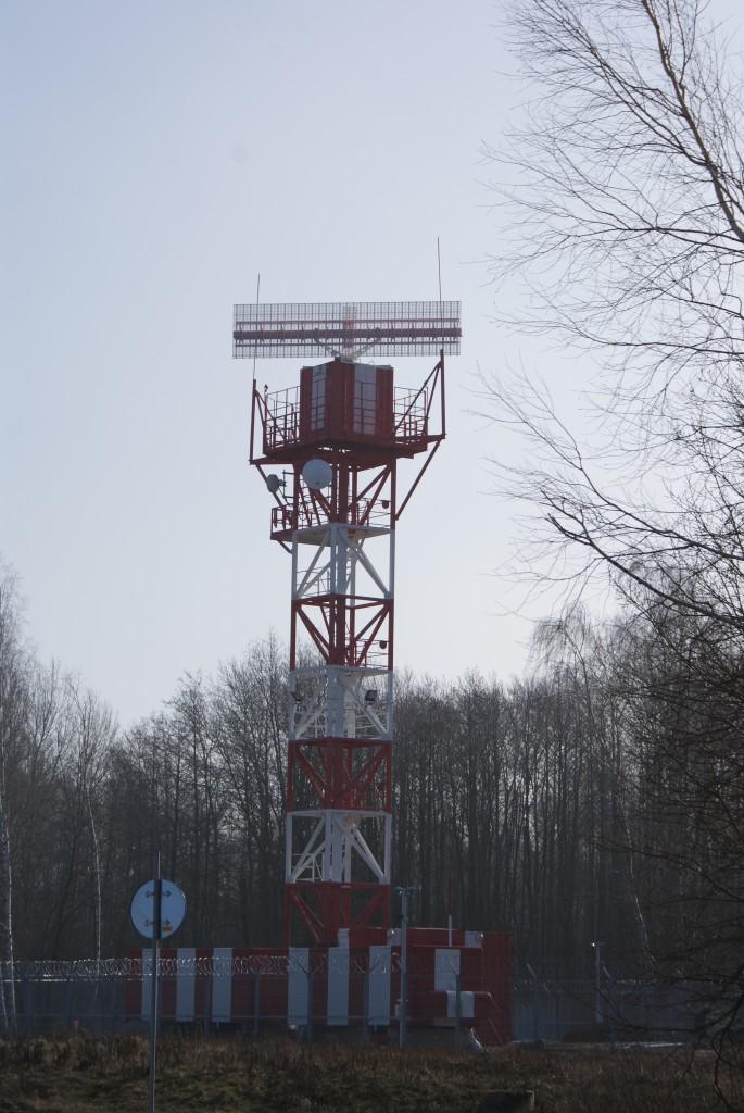 На башне расположен радар, с помощью которого диспетчеры видят на экранах самолеты, пролетающие в радиусе нескольких десятков километров от аэродрома. Как и положено, антенна наверху постоянно вращается.