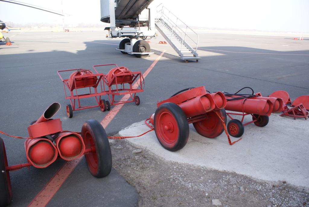 Пожарное хозяйство присутствует и возле стоянок самолетов: огнетушители всегда наготове.