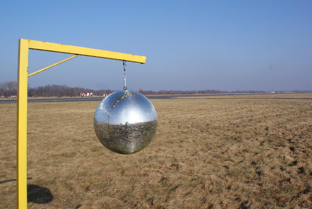 В качестве приманки для ди-джеев по всему аэродрому развешиваются зеркальные диско-шары. В этом случае мировые звезды танцевальной сцены более охотно прилетают на гастроли. У некоторых даже в райдере указано необходимое количество диско-шаров в аэропорту прибытия. Выяснилось также, что диско-шар заодно является неплохим фумигатором для отпугивания птиц. Для усиления эффекта из расположенных рядом с ВПП репродукторов играет дабстеп. Считается, что он имитирует крики хищных птиц, выстрелы и т.п. Поэтому огородные пугала в аэропортах не устанавливают. Нет также и трещоток для отпугивания кротов. Поэтому все пространство между рулежными дорожками испещрено уютными норками ^_^