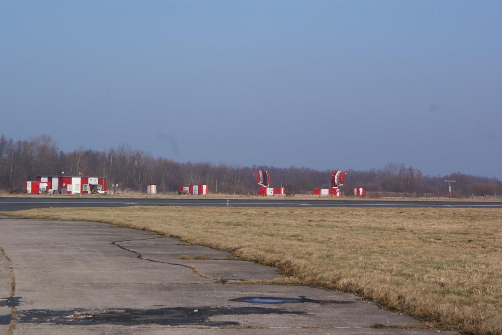 Радары поменьше находятся возле взлетно-посадочной полосы. Они отслеживают самолеты при заходе на посадку.