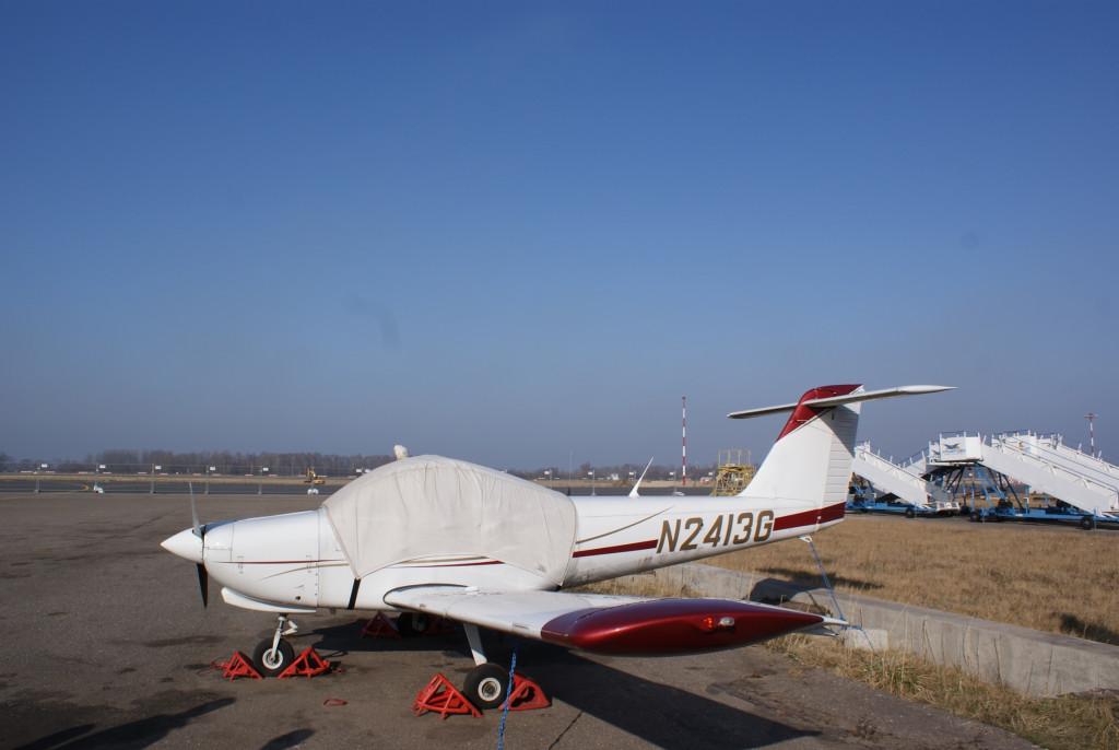 """А эту частную """"Цессну-172"""" хозяин пригнал из США и так ни разу и не летал. Раз в полгода самолет заводят и снова накрывают чехлом."""