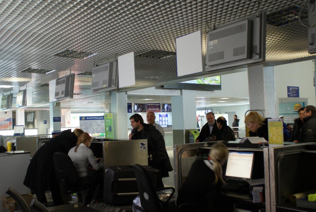Сейчас очередей на регистрацию нет, но когда улетают несколько рейсов, они могут быть длинными.
