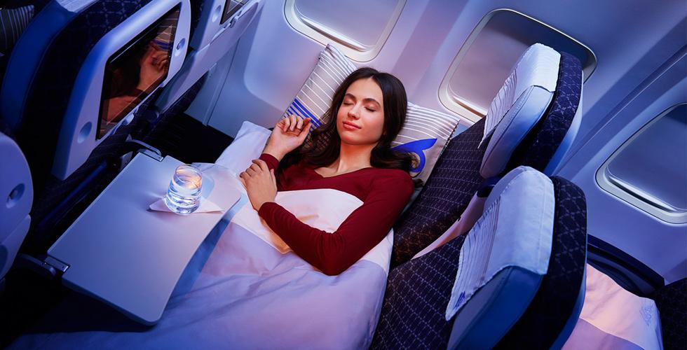 Спать на блоке из трех кресел особенно удобно пассажирам маленького роста