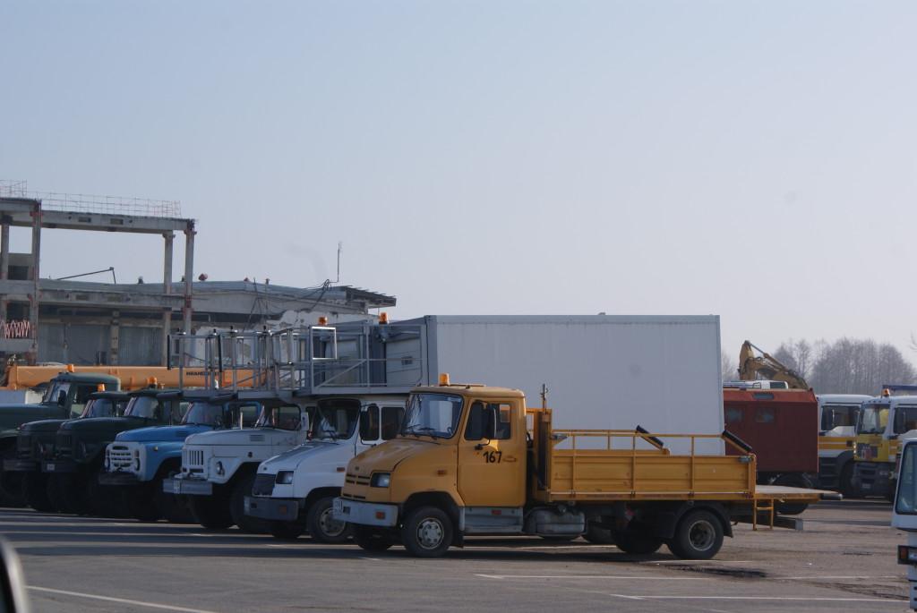 """Эти грузовики-фургоны тоже подъезжают к самолету до касания. Они используются для загрузки тележек с бортовым питанием и выгрузки их обратно. Грузовик подъезжает к самолету, кузов поднимается на нужную высоту, тележки катятся через """"мостик""""."""