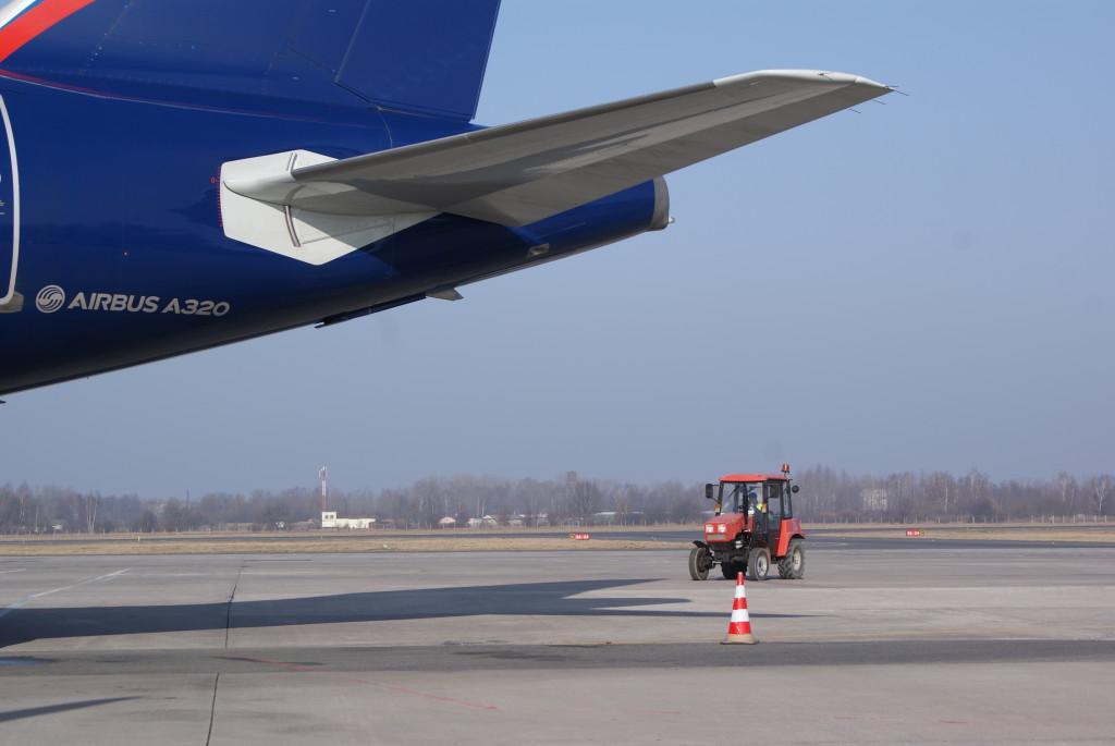 Трактор в аэропорту предусмотрен на случай отмены международных рейсов ;-)