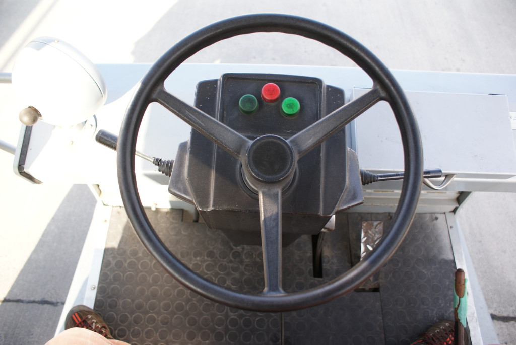"""Управлять трапом не сложнее, чем трактором (и регистрируется он в ГИБДД как трактор). Есть даже """"понижающая передача"""", которая используется во время стыковки с самолетом, чтобы аккуратненько подъехать вплотную, до касания."""