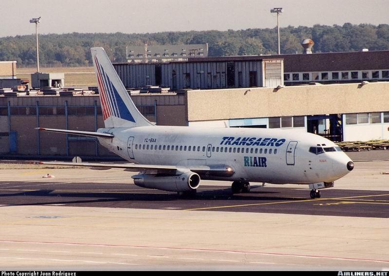 """737-200 легко опознать по длинной тонкой """"сигаре"""" под крылом."""