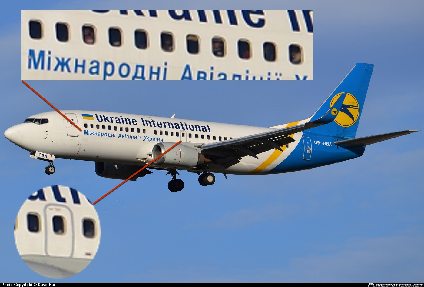 У 737-300 один аварийный выход на крыло с каждой стороны и 10 или 11 иллюминаторов в начале салона.