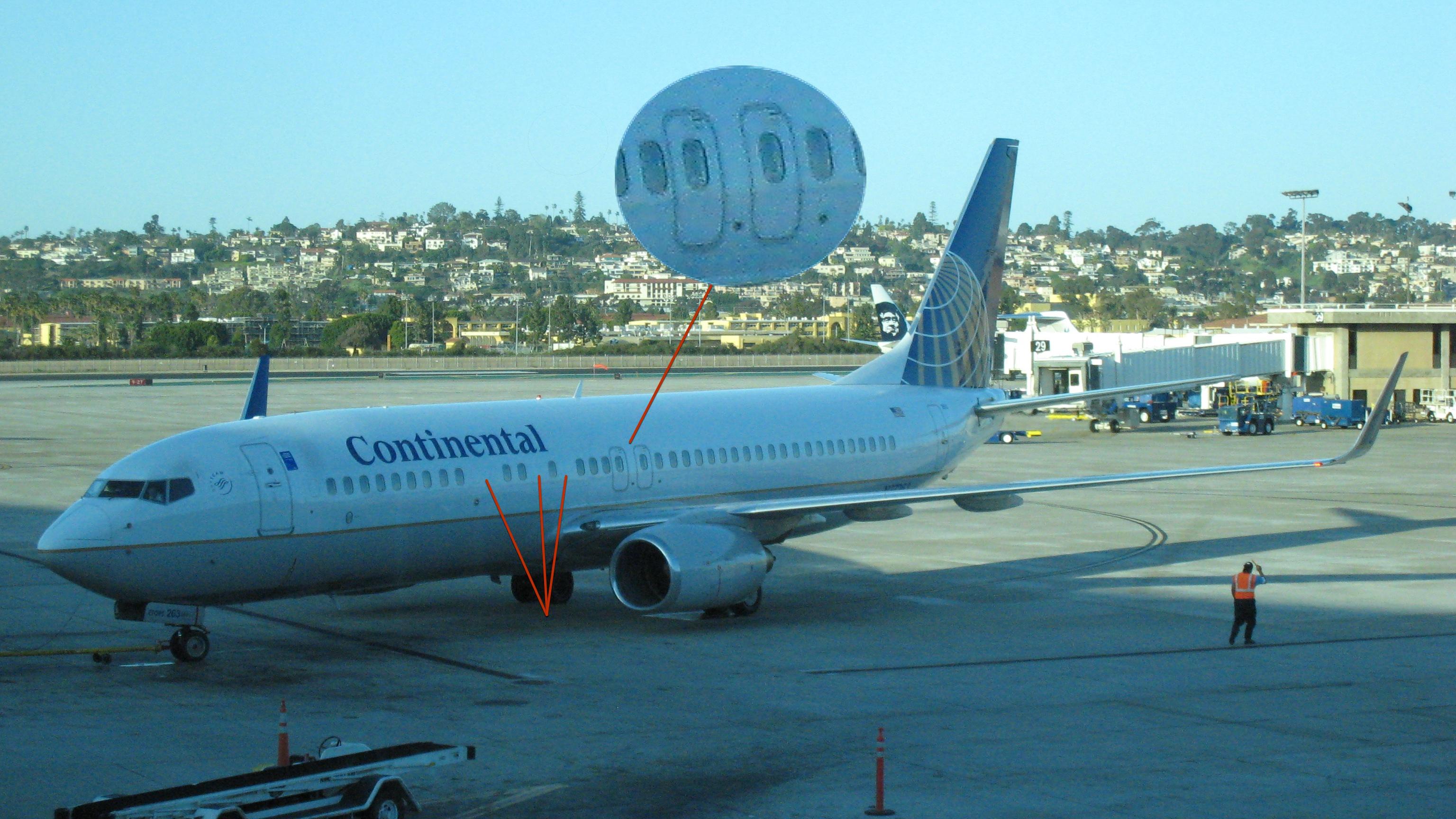 У большинства 737-900 в передней части фюзеляжа пропущено 3 и даже порой 4 иллюминатора по левому борту.