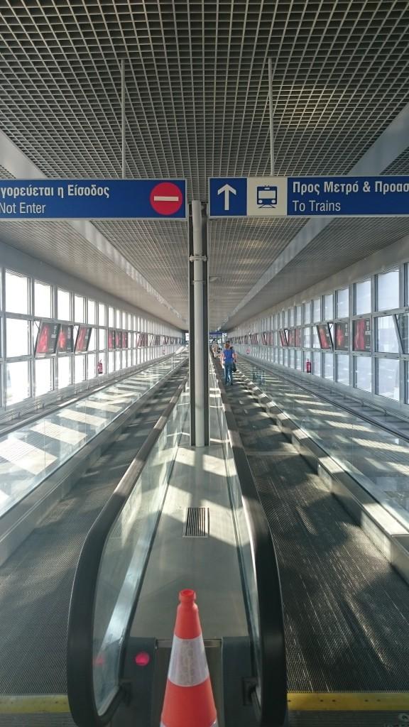 Проход к метро в аэропорту Афин
