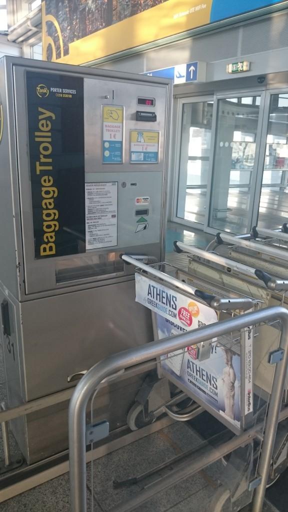 Багажную тележку можно взять напрокат, оплата наличными и картами в автомате.