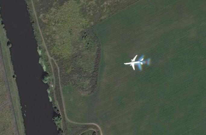Летящий самолет на спутниковых снимках Google
