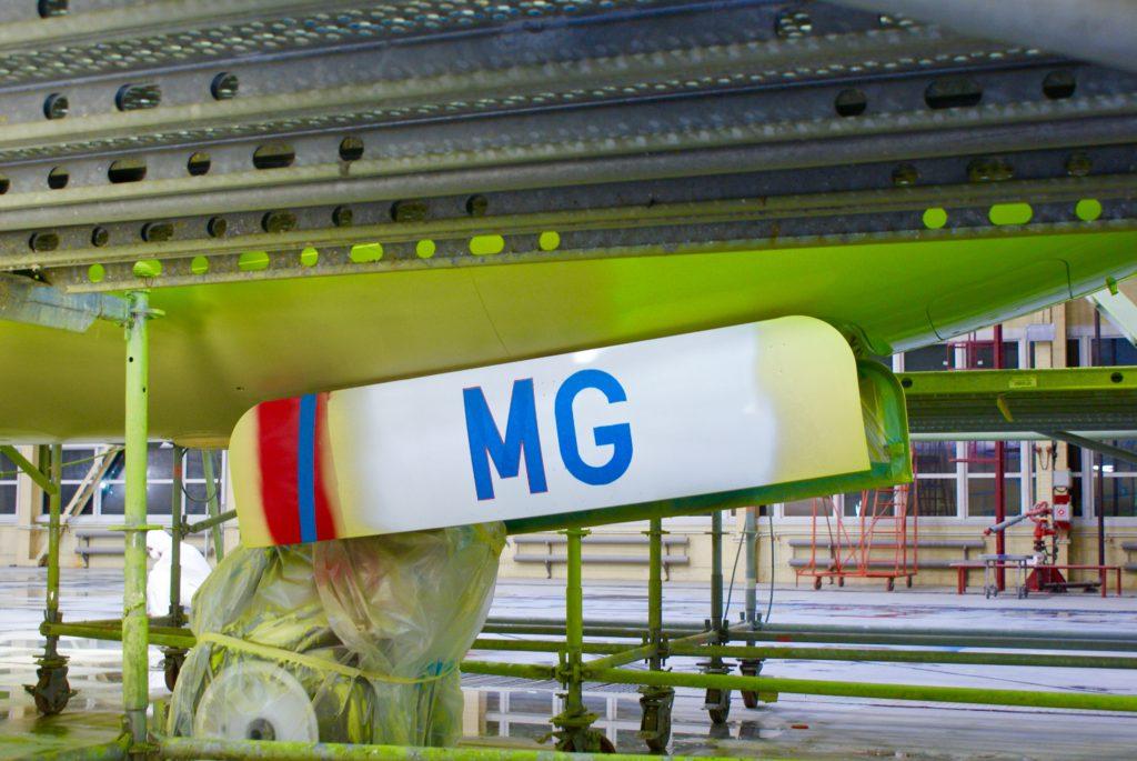 Значимая часть регномера (VQ-BMG) еще в цветах UTAir, створки носовой стойки перекрашивают в последнюю очередь.