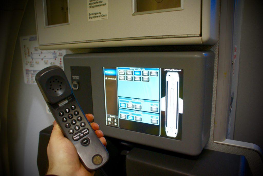 Система освещения Sky Interior позволяет изменять цвет подсветки в зависимости от фазы полета. Настраивает ее бортпроводник.
