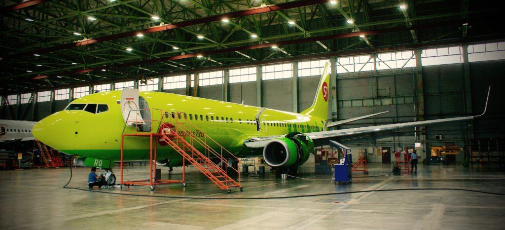 """Свежепокрашенный """"Боинг-737-800"""" S7 Airlines отправляется в соседний ангар для выполнения остальных работ."""