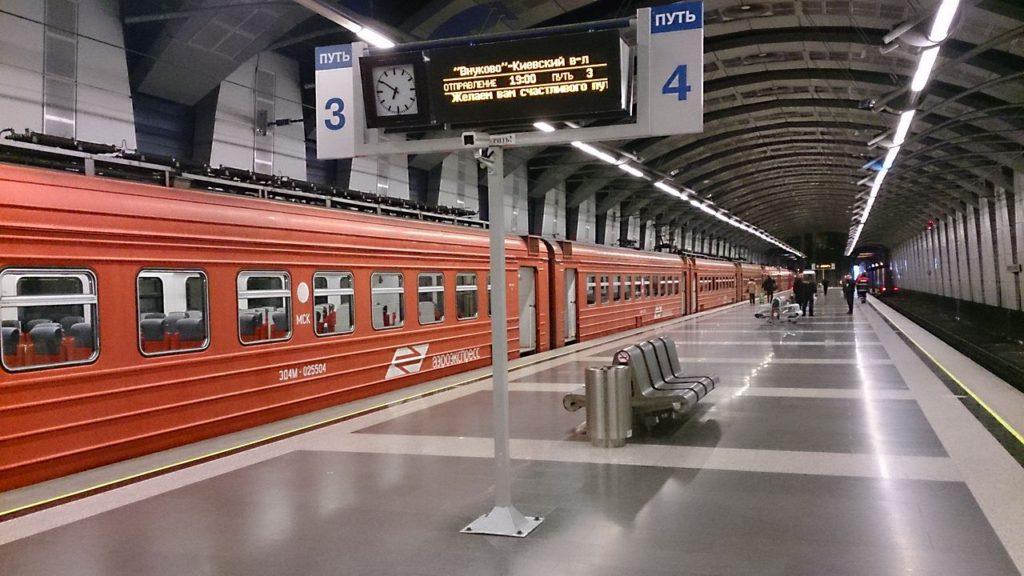 За 2 часа из Внуково до Шереметьево можно успеть разве что на двух аэроэкспрессах и метро. Если повезет.