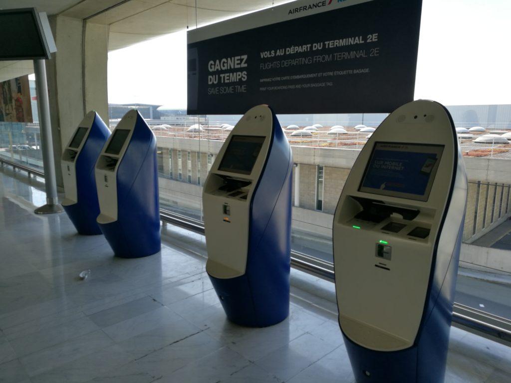 В терминале 2E стоят терминалы для самостоятельной регистрации, печатающие и багажные бирки. После этого можно не идти на стойку, а отправиться сразу в зону приема багажа, где очереди куда меньше.