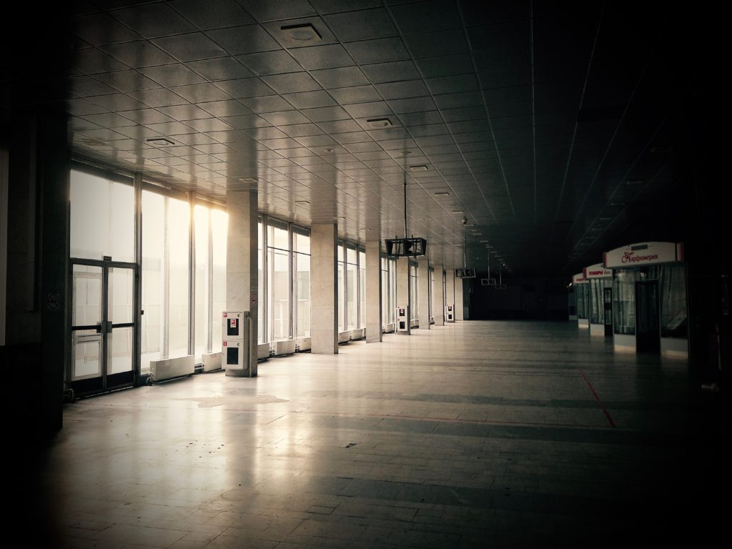 Нет больше скамеек и спящих на них пассажиров. Никто не смотрит на самолеты через панорамные окна.