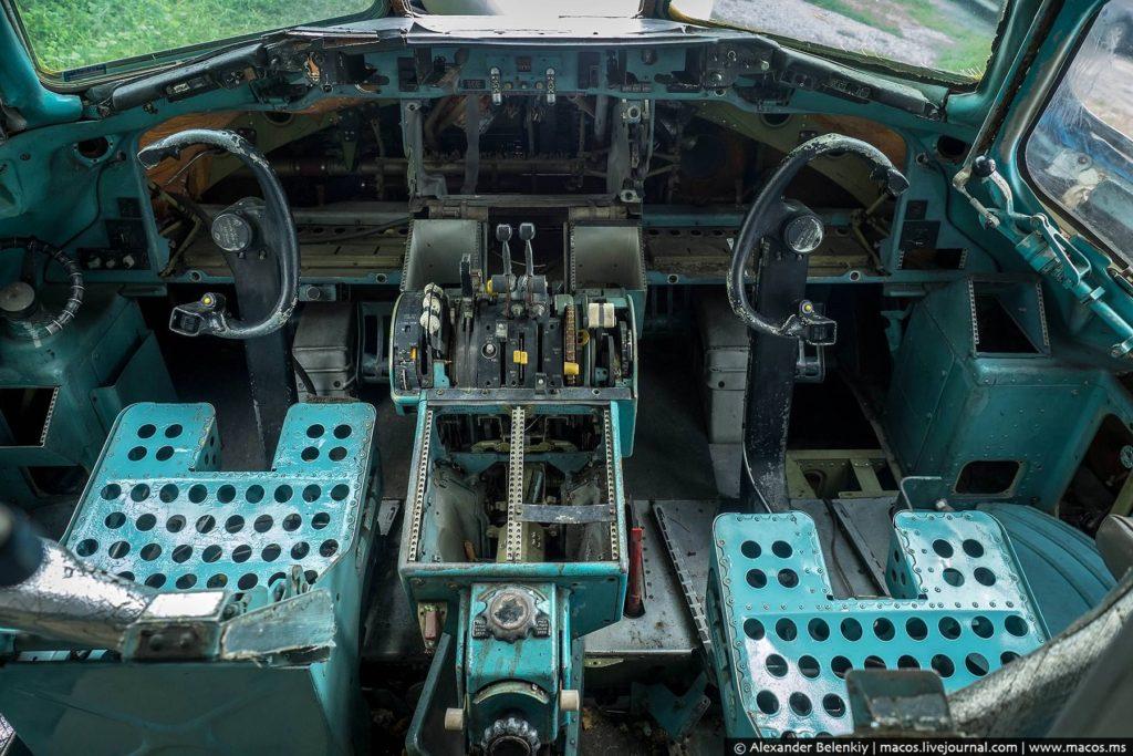 И почти нетронутая кабина пилотов. Кстати, я ни разу в жизни не летал на таком самолёте, их сегодня почти не встретишь.
