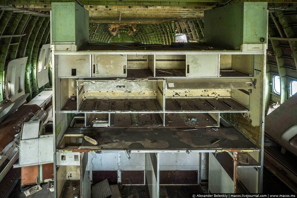 На верхней палубе 747-го обычно располагается бизнес-класс и кабина пилотов. Но здесь располагаются только крысы, и те днём прячутся.