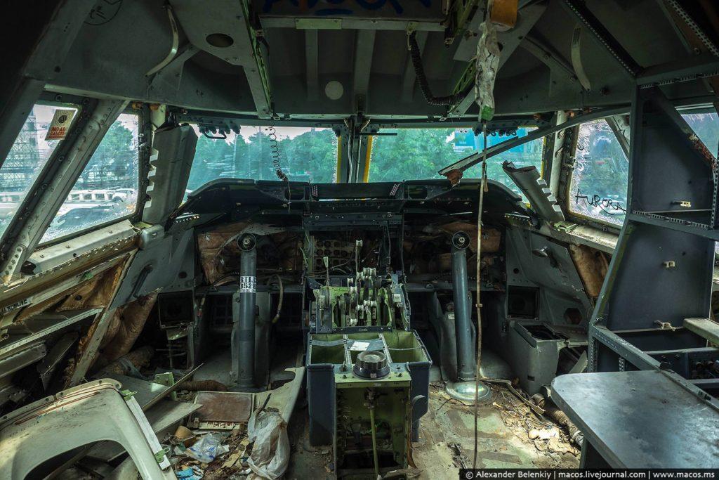 Из кабины тоже унесли всё, что уносилось. Варвары.