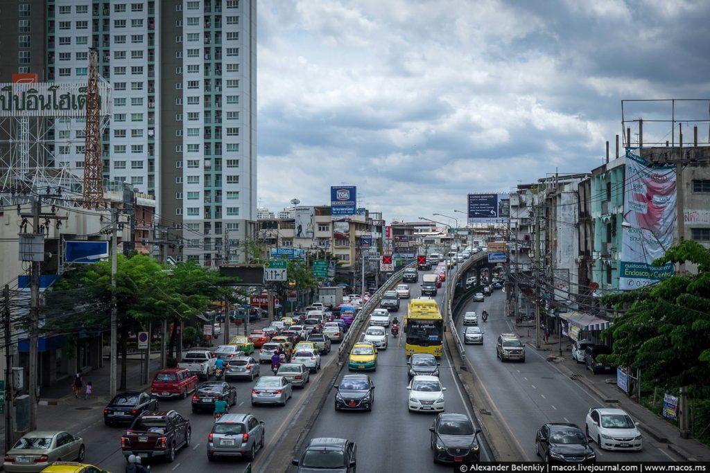 Бангкок - удивительный город. Здесь есть всё на свете. Вот шумный проспект, современные дома, реки машин…
