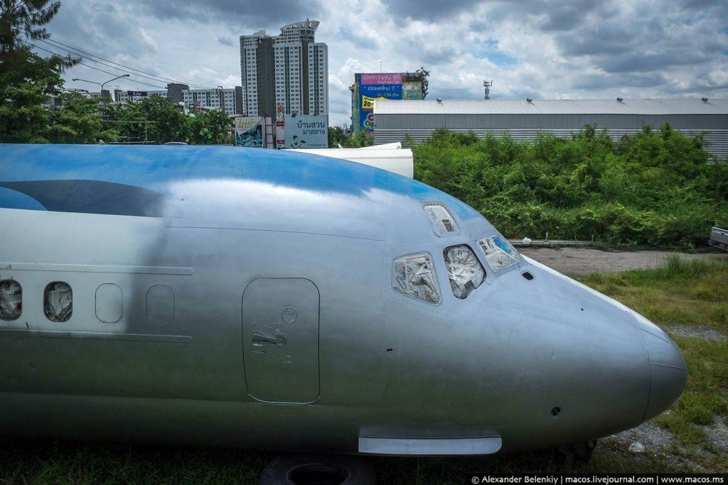 Один самолёт уже почти полностью перекрасили. Словно и не было нескольких лет гниения на помойке…