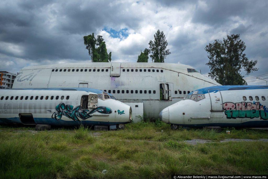 """С помощью интернета я узнал, что все самолёты принадлежали авиакомпании Orient Thai. Два стареньких MD-82 и громила """"Джамбо джет"""", на фотографии видна часть старой ливреи перевозчика."""