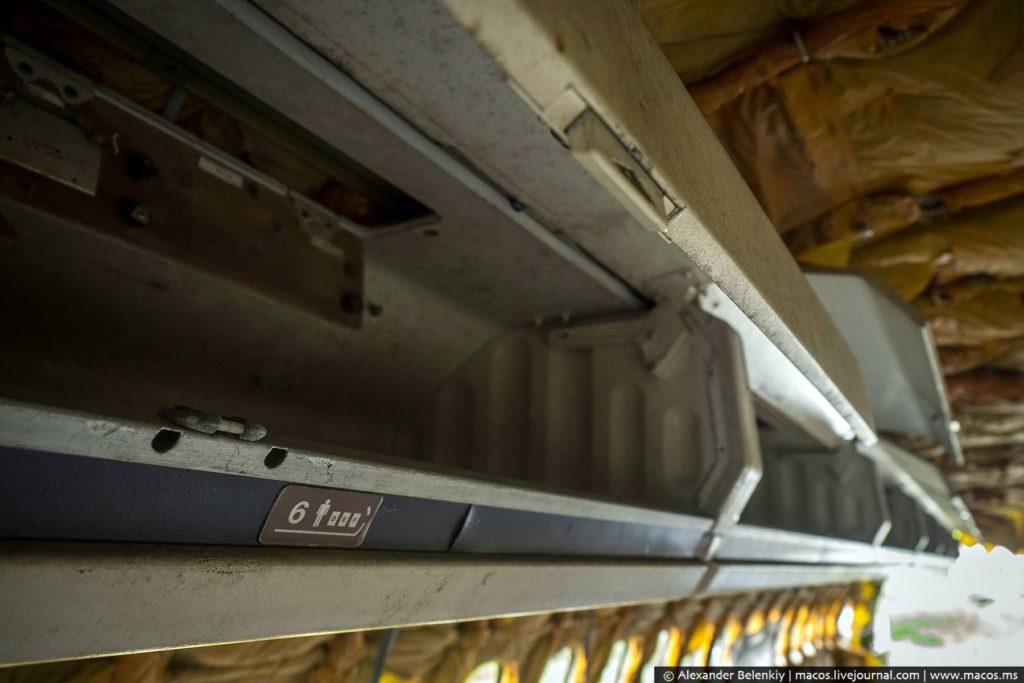 В макдоннелловском самолёте осталась целой часть обивки и багажные полки.
