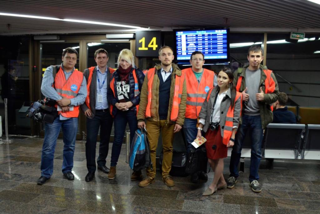 Авиажурналист Юрий Плохотниченко - третий справа.