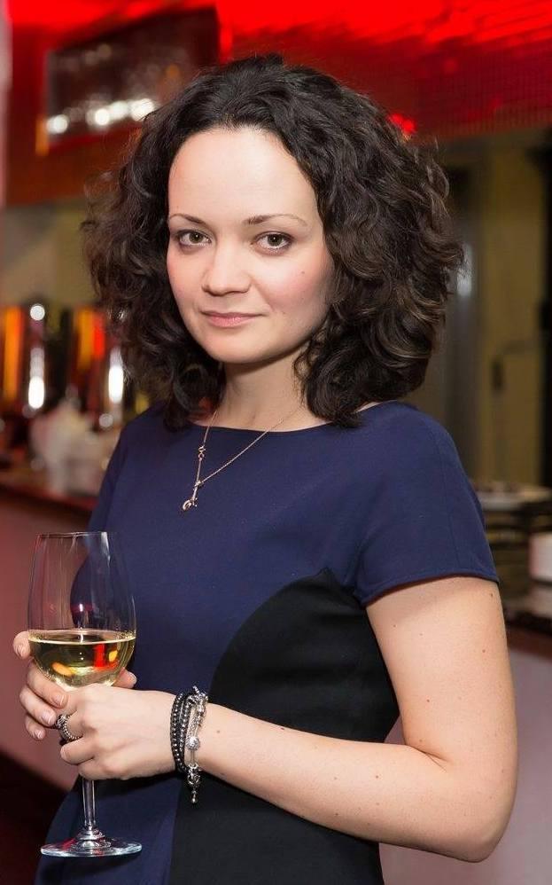 """Александра Сидоркова, работала в департаменте общественных связей Аэрофлота с 2011 года. Во время краха """"Трансаэро"""" отвечала за интернет-PR и SMM. Уволилась из компании в феврале 2016 года. Сейчас занимается PR в фармацевтической компании."""
